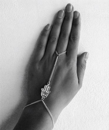 Bracelet esclave motif main de fatma attaché au doigt : bracelet par em