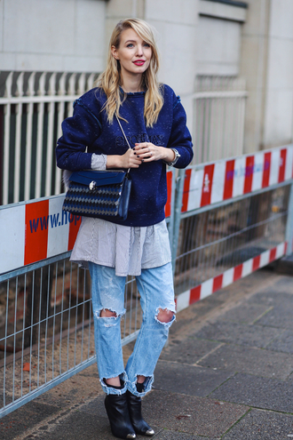 ohh couture blogger blue sweater ripped jeans black boots blue bag