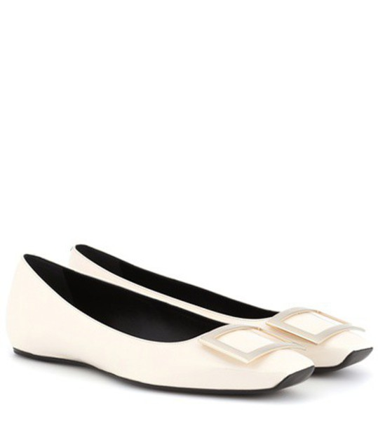 Roger Vivier Trompette patent leather ballerinas in white