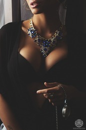 jewels,big,big necklace,necklass,silver jewelry,gold jewelry,accessories,chain,ball gown dress,prom jewelry,earrings,cleavage