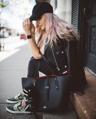 jacket tumblr cap black jacket leather jacket black leather jacket bag black bag tote bag leggings black leggings sneakers slide shoes hair pink hair black baseball hat