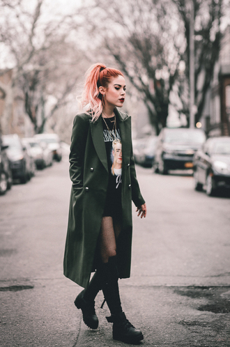 le happy blogger coat shoes t-shirt winter outfits green coat boots