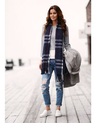stylista blogger top scarf grey sweater knitwear flannel scarf vans ripped jeans