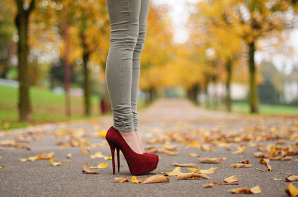shoes red high heels stilettos green skinny jeans pants