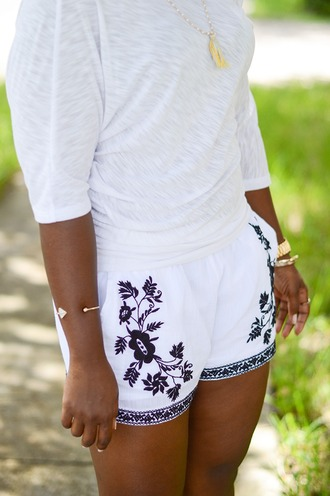 shorts embroidered shorts white shorts top white top summer outfits necklace bracelets