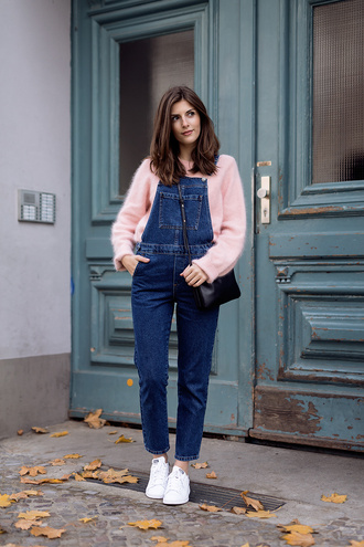 simple et chic blogger pink sweater fuzzy sweater denim overalls cute outfits