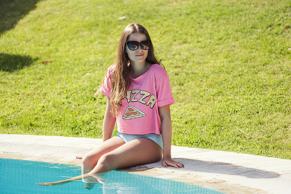 t-shirt shoes hipster summer outfits blogger sunglasses iemmafashion pizza pink pizza shirt forever 21 beach food pink shirt