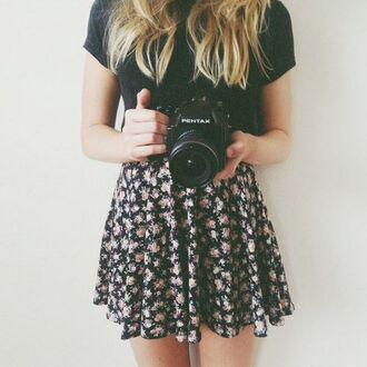 skirt floral skirt black t-shirt camera bag flowers black white canon blonde hair black flower white flower black and white pretty goth sexy cute spring floral floral pattern flower skirt t-shirt tumblr a line skirt flowy skirt tumblr girl tumblr outfit dress blue bleu chemise en jeans hipster