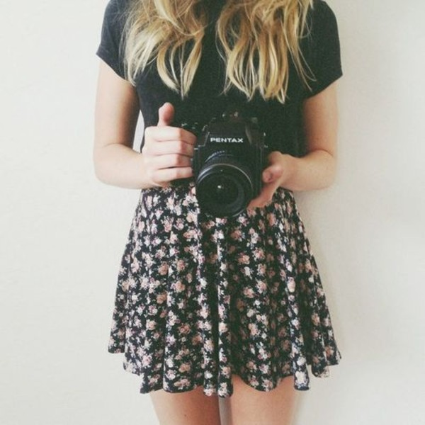 skirt floral skirt black t-shirt camera bag flowers black white canon blonde hair black flower white flower black and white black and white pretty goth sexy cute spring floral floral pattern flower skirt t-shirt flowers tumblr a line skirt flowy skirt tumblr girl tumblr outfit dress blue bleu chemise en jeans hipster