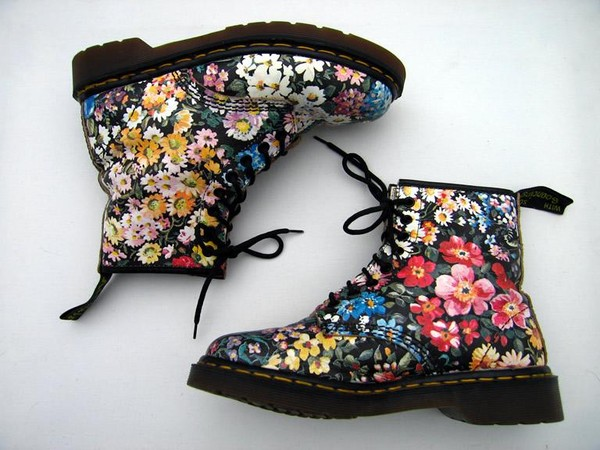 Dr. Martens Pascal Floral Emboss Boots got ya stopping to smell the roses bb! Stay blooming in these cute AF leather boots that have a floral embossed pattern all ova, rubber soles with yellow welt stitching N' lace-up closures.