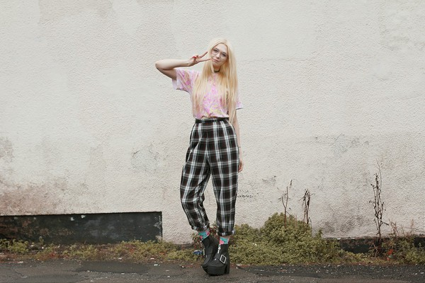 kayla hadlington blogger t-shirt socks checkered platform shoes