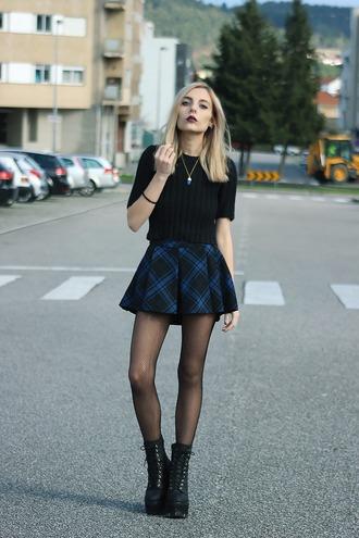 the black effect blogger mini skirt plaid skirt black t-shirt grunge shoes platform lace up boots skirt