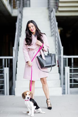 crimenes de la moda blogger coat dress belt jewels shoes bag pink coat handbag high heels