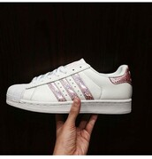 shoes,adidas superstars,adidas,adidas shoes,cool,holographic,holographic adidas,pink,rose gold,gold,girly,gurlie,rose