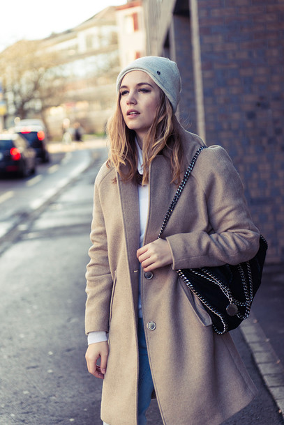 fashion gamble blogger camel coat beanie coat hat sweater jeans bag shoes
