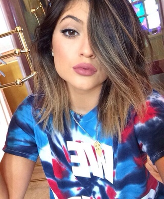 jewels kylie jenner make-up pink blouse t-shirt colorful tie dye summer outfits blue lipstick shirt kendall and kylie jenner style lips lip liner matte kardashians