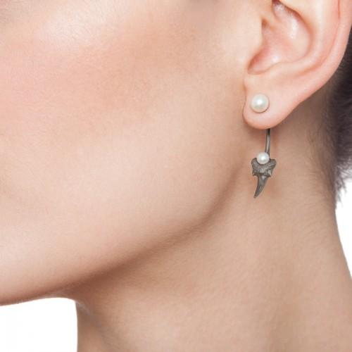 Blacktip pearl earring-black