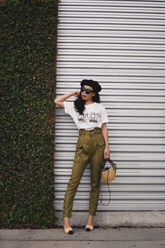 hallie daily blogger t-shirt bag pants green pants khaki pants basket bag beret