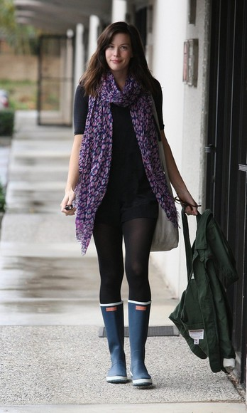 liv tyler purple scarf blue scarf wellies