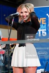 singer,clothes,white skirt