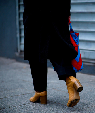 shoes tumblr boots nude boots thick heel boots thick heel high heels boots pants black pants coat black coat bag printed bag fashion week 2017 streetstyle