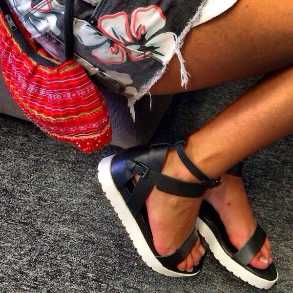 shoes footwear tumblr black white black and white sandals streetstyle kylie jenner windsor smith shoes leather strappy trendy style tumblr shoes teenagers tanned tanned girl modern cute sandals