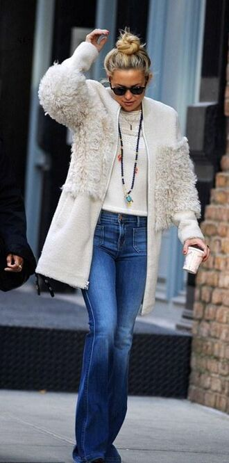 jeans fall outfits kate hudson flare jeans