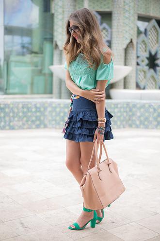 mi aventura con la moda blogger blouse skirt belt shoes green shoes cut-out shoulder top