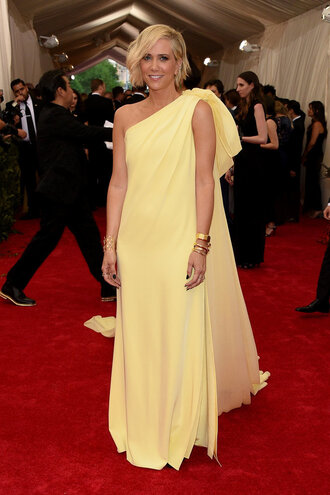 dress yellow yellow dress kristen wiig one shoulder met gala metgala2015
