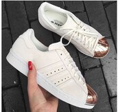 shoes,fashion vibe,sneakers,lady addict,white,white shoes,pink,girly,accessories,Accessory,perfect,adidas,adidas shoes,adidas superstars,beige,bronze