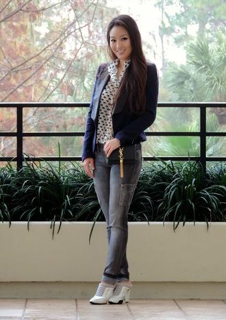 sensible stylista blogger print grey jeans blazer shirt bag shoes jacket jeans jewels