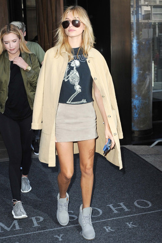 skirt top t-shirt fashion week streetstyle hailey baldwin coat leggings