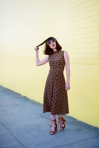 a fashion nerd blogger lace-up shoes thick heel printed dress 70s style round sunglasses brown