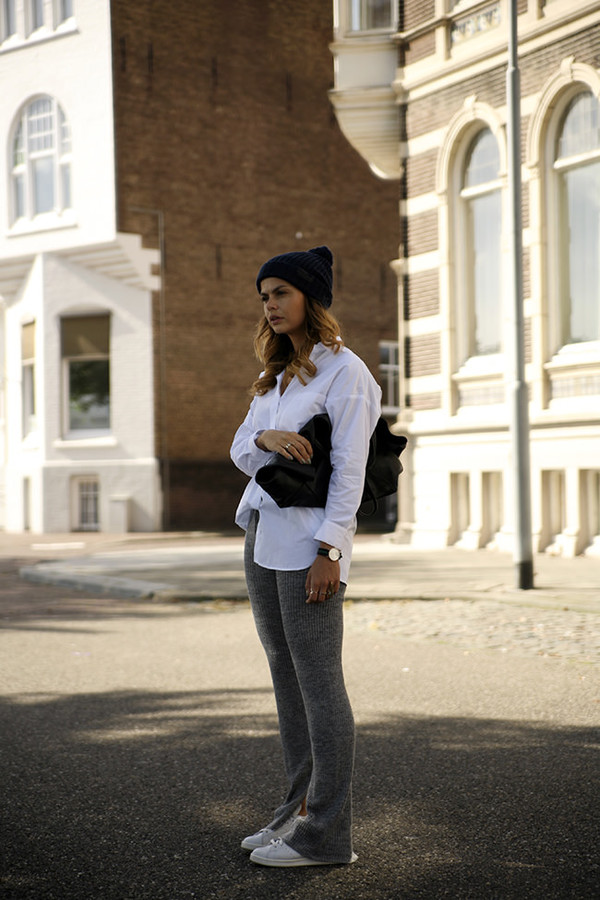 fashion zen blogger daniel wellington white shirt flare pants grey pants casual outfit idea black beanie fall outfits