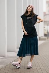 top,sleeveless top,black top,skirt,pink sneakers,pleated,pleated skirt,sneakers,beanie