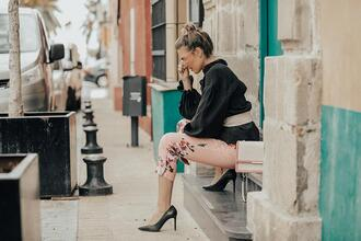 mi aventura con la moda blogger pants blouse shoes belt printed pants floral pants high heel pumps