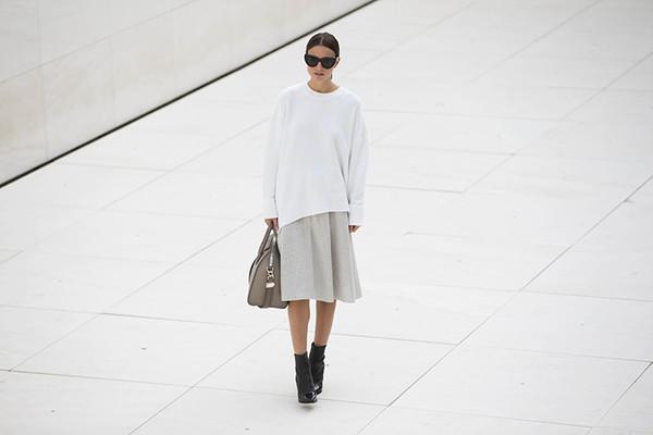 fashion vibe blogger bag sunglasses black boots beige white oversized sweater
