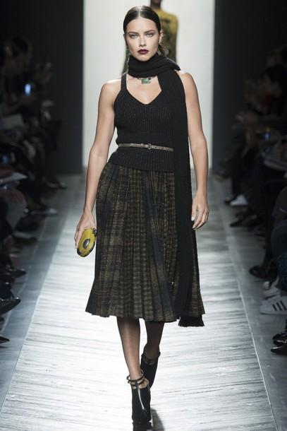 skirt top boots scarf milan fashion week 2016 fashion week 2016 runway adriana lima midi skirt model bottega veneta clutch belt
