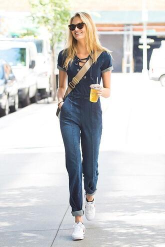 jumpsuit jeans denim romee strijd sneakers streetstyle model off-duty