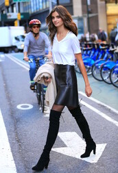 le fashion,blogger,t-shirt,skirt,tights,shoes,model off-duty,black leather skirt,date outfit