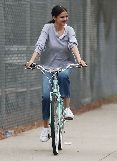 jeans blue jeans grey top selena gomez white sneakers