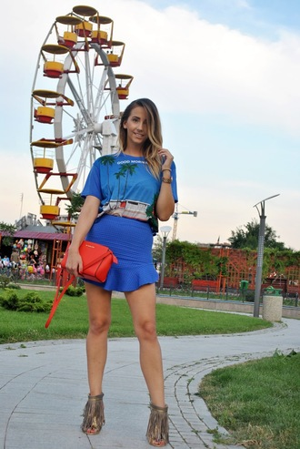 let's talk about fashion ! blogger t-shirt blue skirt red bag blue fringe shoes