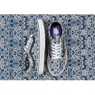 shoes shoes vans vans vans floral vans of the wall blue vans blue shoes white shoes blue and white blue and white shoes