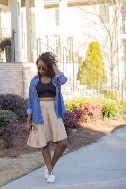 millennielle blogger skirt shirt shoes
