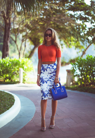 kenza blogger roses pencil skirt crop tops blue bag sandals