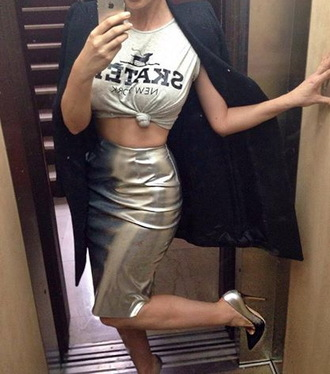 sexy skirt sexy skirt fashionista fashion pencil skirt silver metallic metallic skirt knee length skirt outfit idea