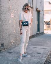 jeans,straight jeans,loose,crossbody bag,white t-shirt,round sunglasses