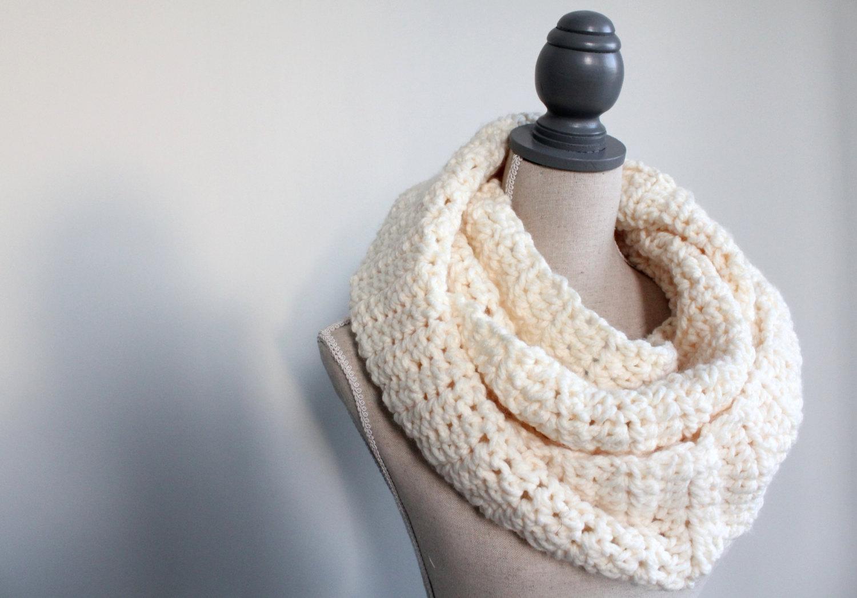 ultra soft white scarf,white infinity scarf,chunky scarf white,cream eternity scarf,winter scarf white,white wool scarf,cream infinity scarf