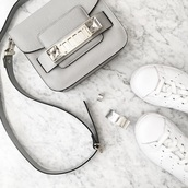 bag,accesoire,leather,grey bag,shoulder bag,leather sneakers,white sneakers,silver jewelry,minimalist