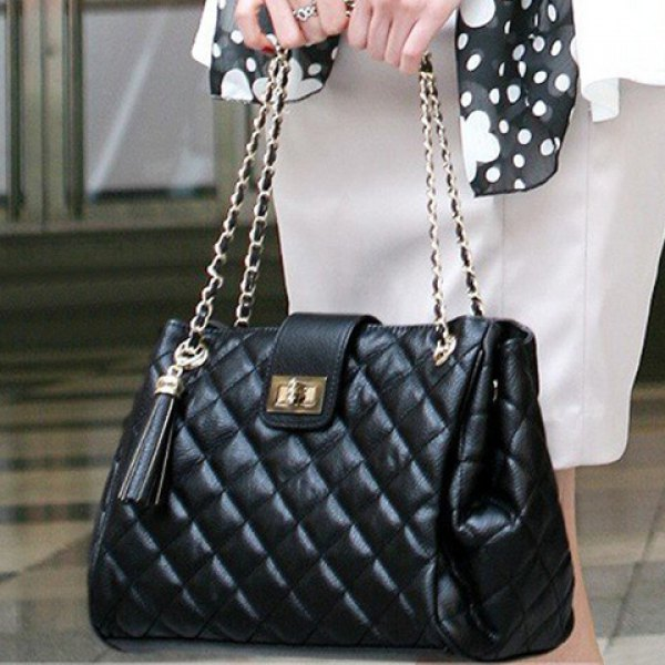 Elegant women's shoulder bag with checked and tassels design